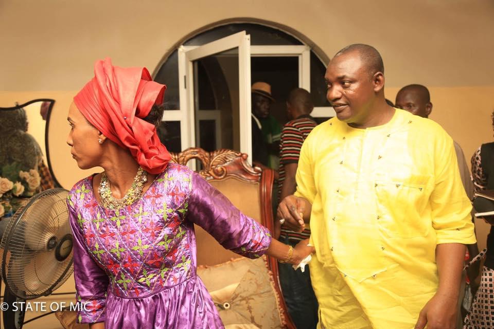 Scène insolite hier chez Adama Barrow: sa femme le force à aller manger, il n'avait pas pris son déjeuner jusqu'à 18h passées