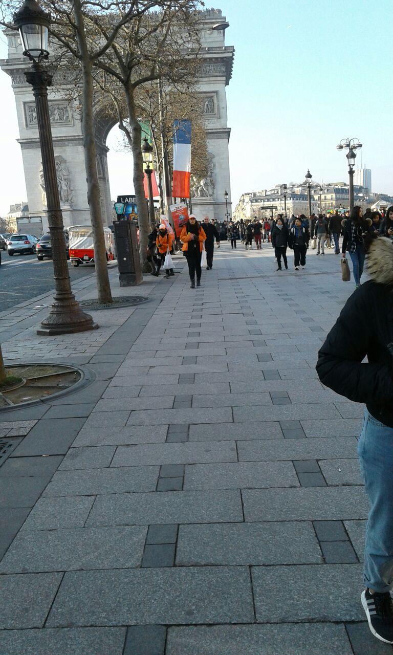 Le drapeau du Sénégal flotte sur les Champs Elysées et sur l'avenue des Ternes