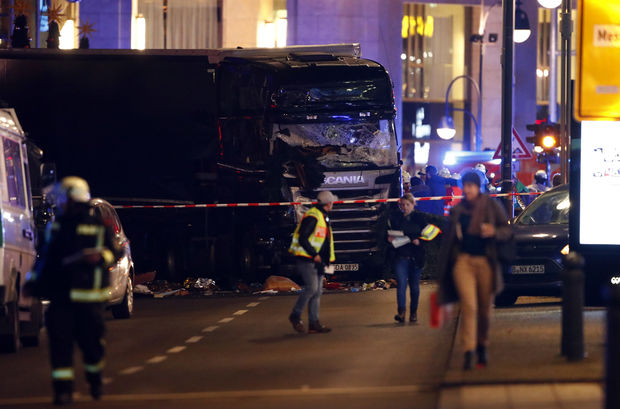 Berlin: un camion fonce sur un marché de Noël, au moins neuf morts