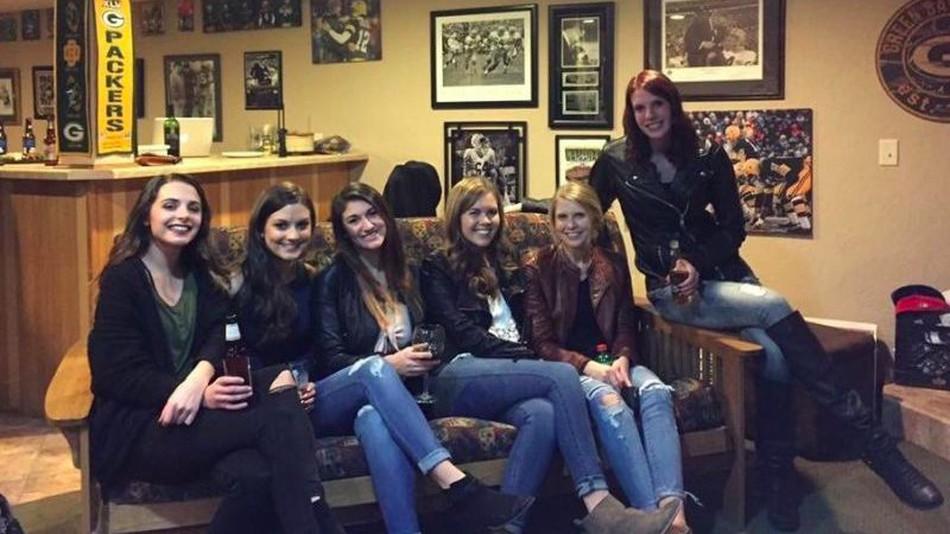 Cette photo de six filles sur un canapé est l'un des plus grands mystère de l'année