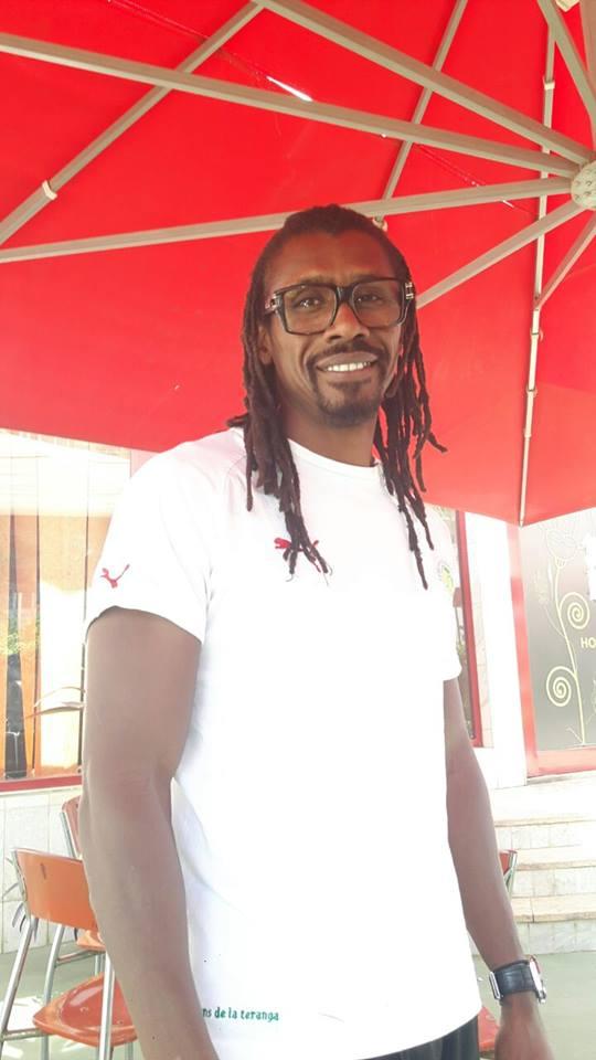 Gabon 2017 : Le sélectionneur national Aliou Cissé, tout souriant devant l'hôtel des Lions de la Téranga