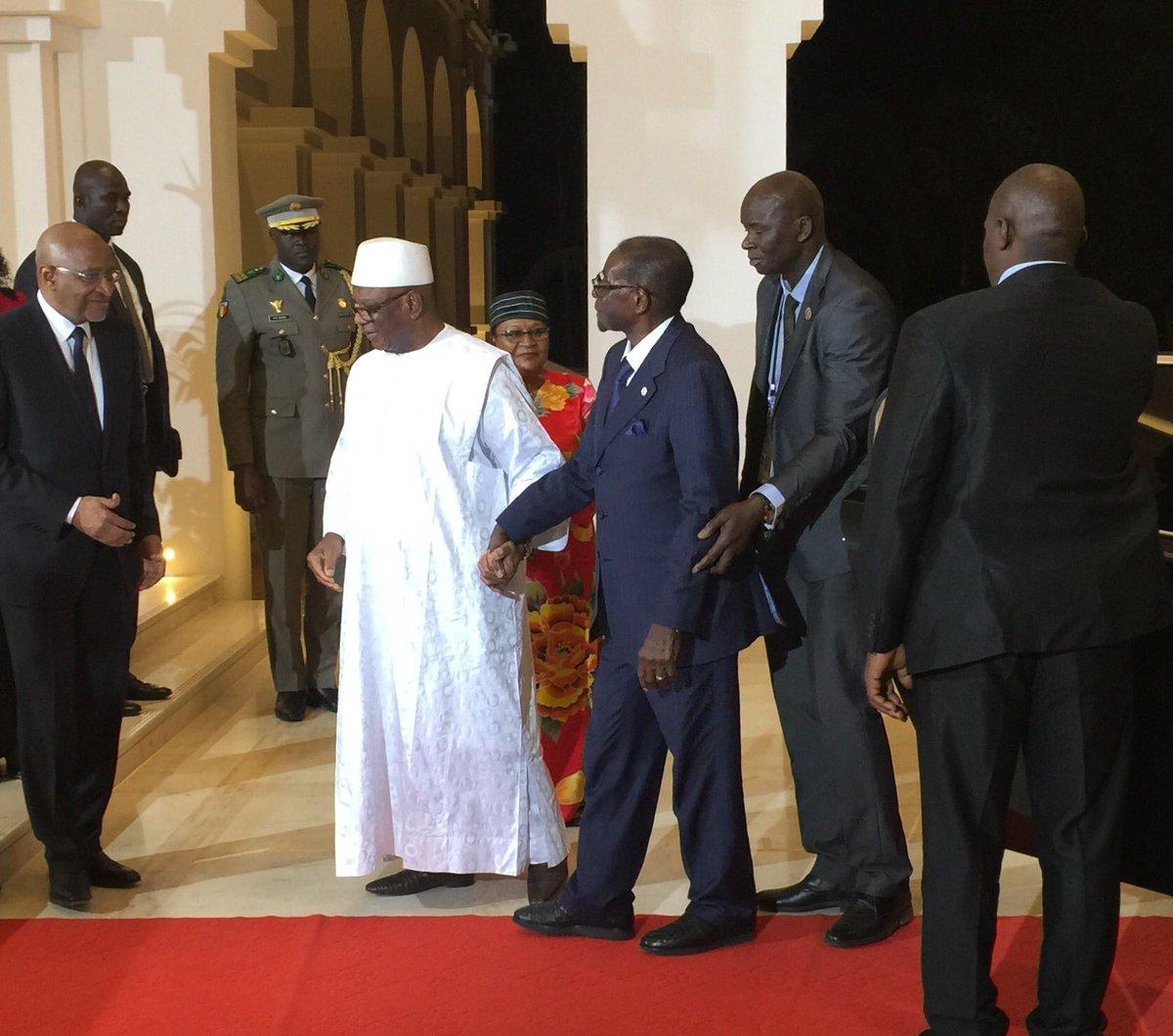 Le Président IBK accompagné de son épouse, Aminata MAÏGA, accueillent le Président Robert Mugabé du Zimbabwe