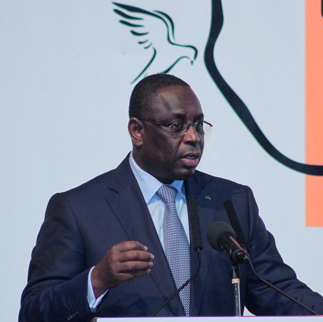 """Le président Sall s'engage à consolider """"les liens séculaires"""" avec la Gambie"""