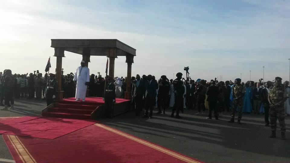 AÉROPORT DE BANJUL : Adama Barrow est arrivé, le tapis en train d'être déroulé