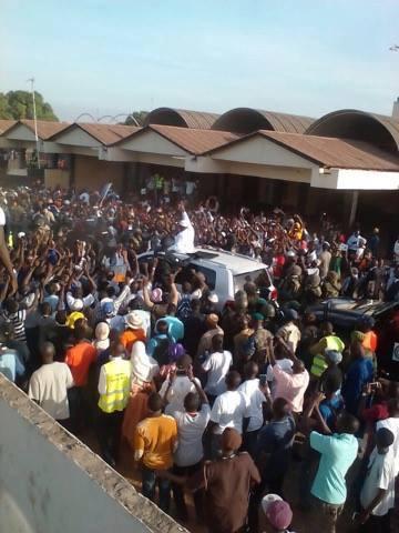 """GAMBIE : Le président Adama Barrow se """"paie"""" un bain de foule à Banjul"""