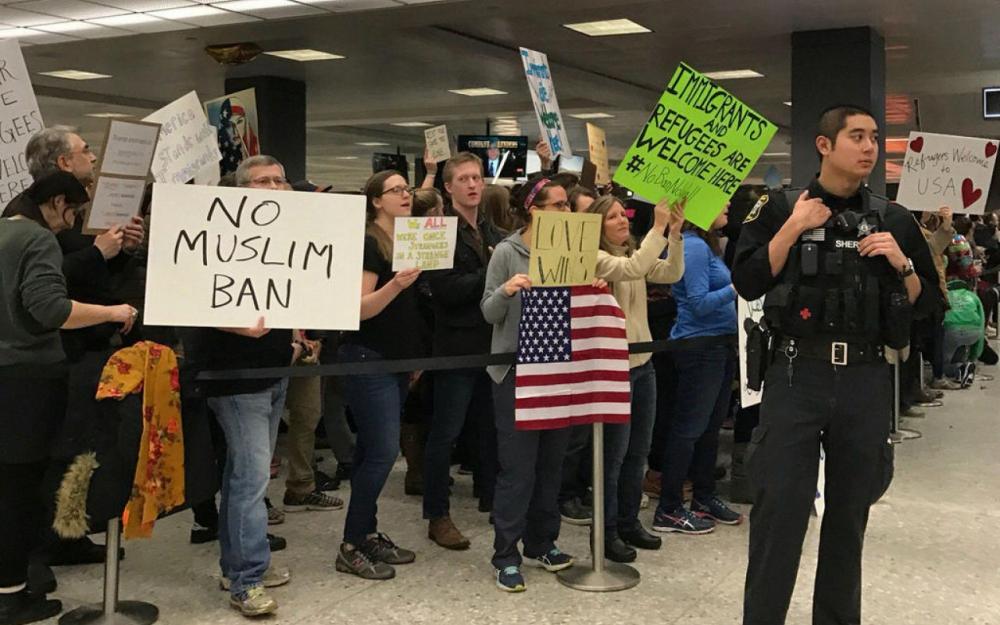 Décret Trump anti-réfugiés : un juge interdit l'expulsion des personnes interpellées