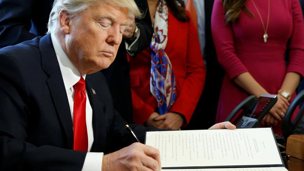 """Décret sur les visas aux Etats-Unis : Donald Trump dit son mépris pour la cour et critique une """"justice politisée"""""""