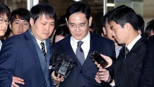 CORÉE DU SUD : Le patron de Samsung comparaît menotté à son interrogatoire