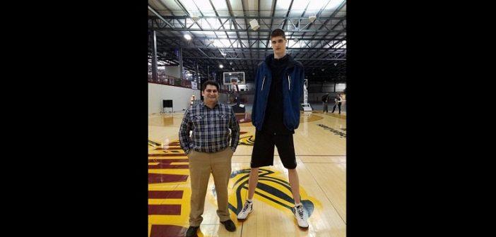 A seulement 16 ans, il mesure 2m34 et veut devenir joueur NBA (Photos)