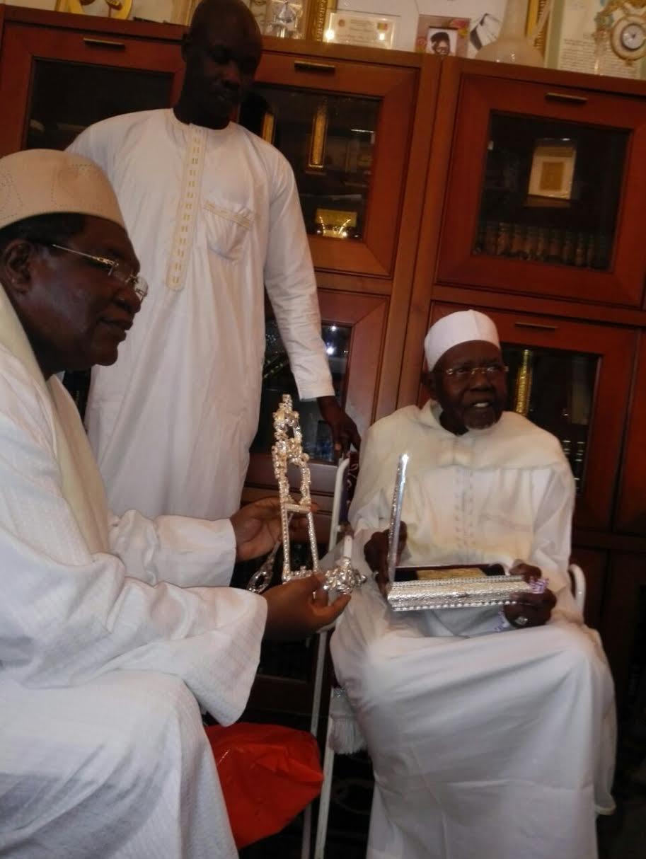 Me Ousmane Ngom offre un exemplaire du Saint Coran à Al Amine