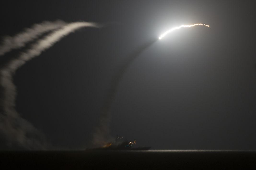 Les Etats-Unis ont tiré des dizaines de missiles sur une base aérienne syrienne (officiel)
