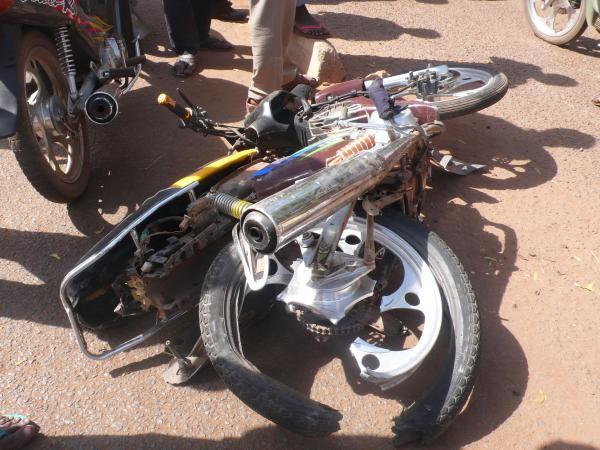MBACKÉ - Un mototaxi Jakarta atterrit sous un camion et fait un mort et deux blessés