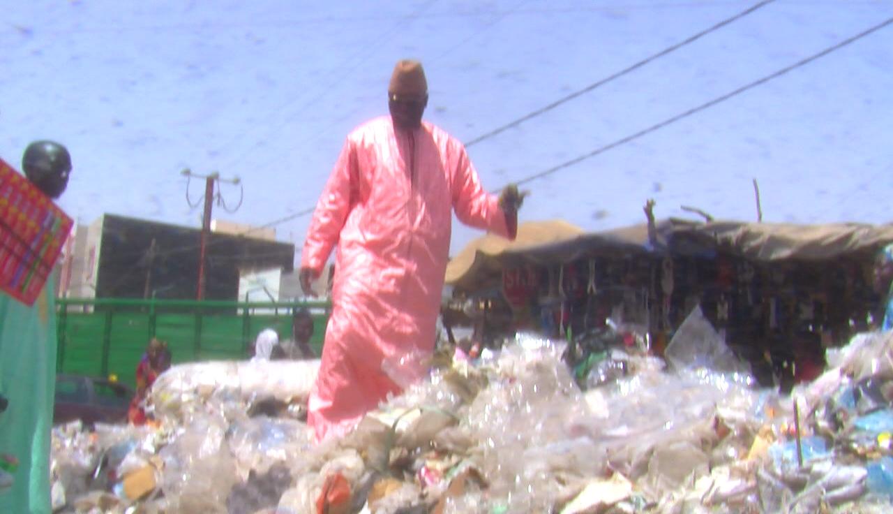 TOUBA - Le coordinateur de Bokk Gis-Gis grimpe sur un tas d'ordures, dénonce la gestion du maire et appelle les populations à voter contre Macky