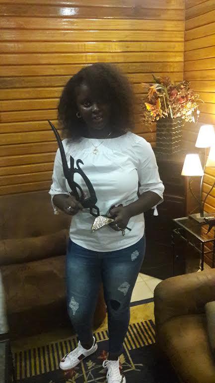 Abiba reçoit le trophée de l'artiste Sénégalaise la plus écoutée au Mali en 2016/2017 de la Fondation de la Première Dame du Mali.
