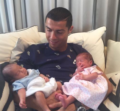Ronaldo présente ses jumeaux