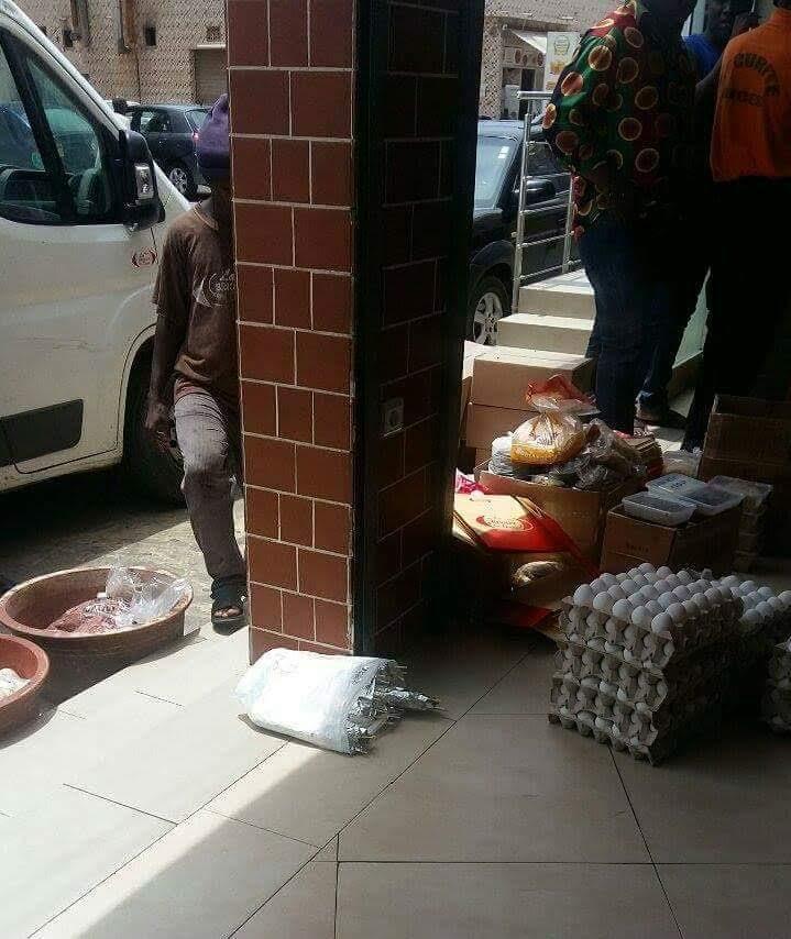 INSOLITE : Quand à la Brioche Dorée, on dépose la nourriture par terre avant de la servir...
