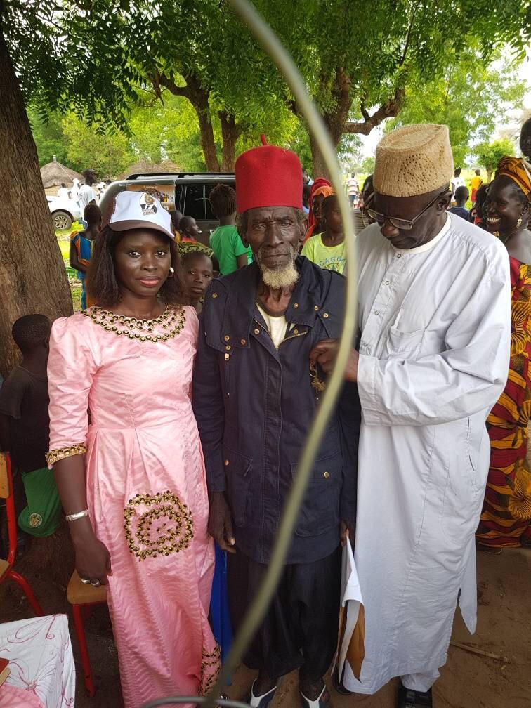 DIARRÈRE : Thérèse Faye Diouf pose avec un militant de Macky Sall âgé de 104 ans