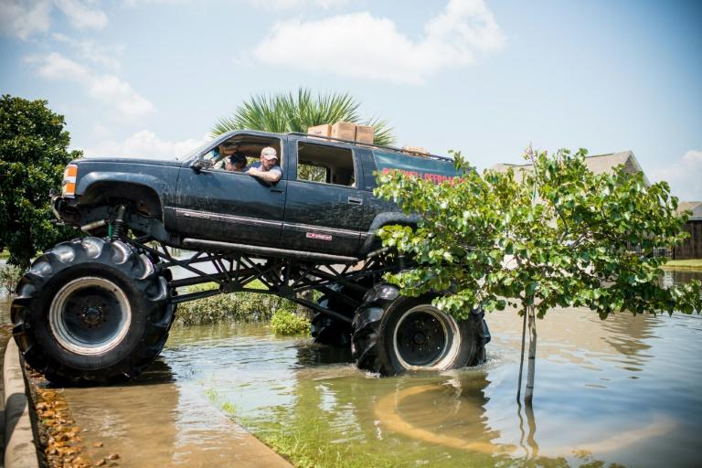 """Au Texas, les """"mega trucks"""" viennent au secours des sinistrés"""
