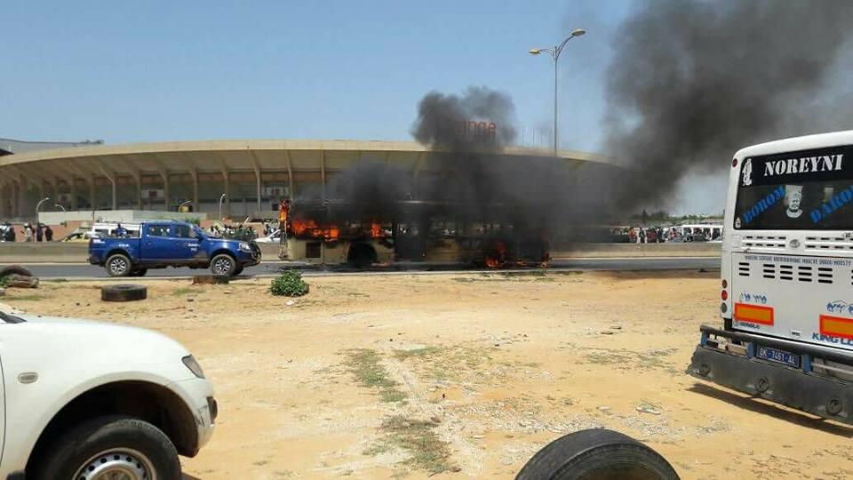 Indiscipline : Un bus incendié en face du Stade Léopold Sédar Senghor