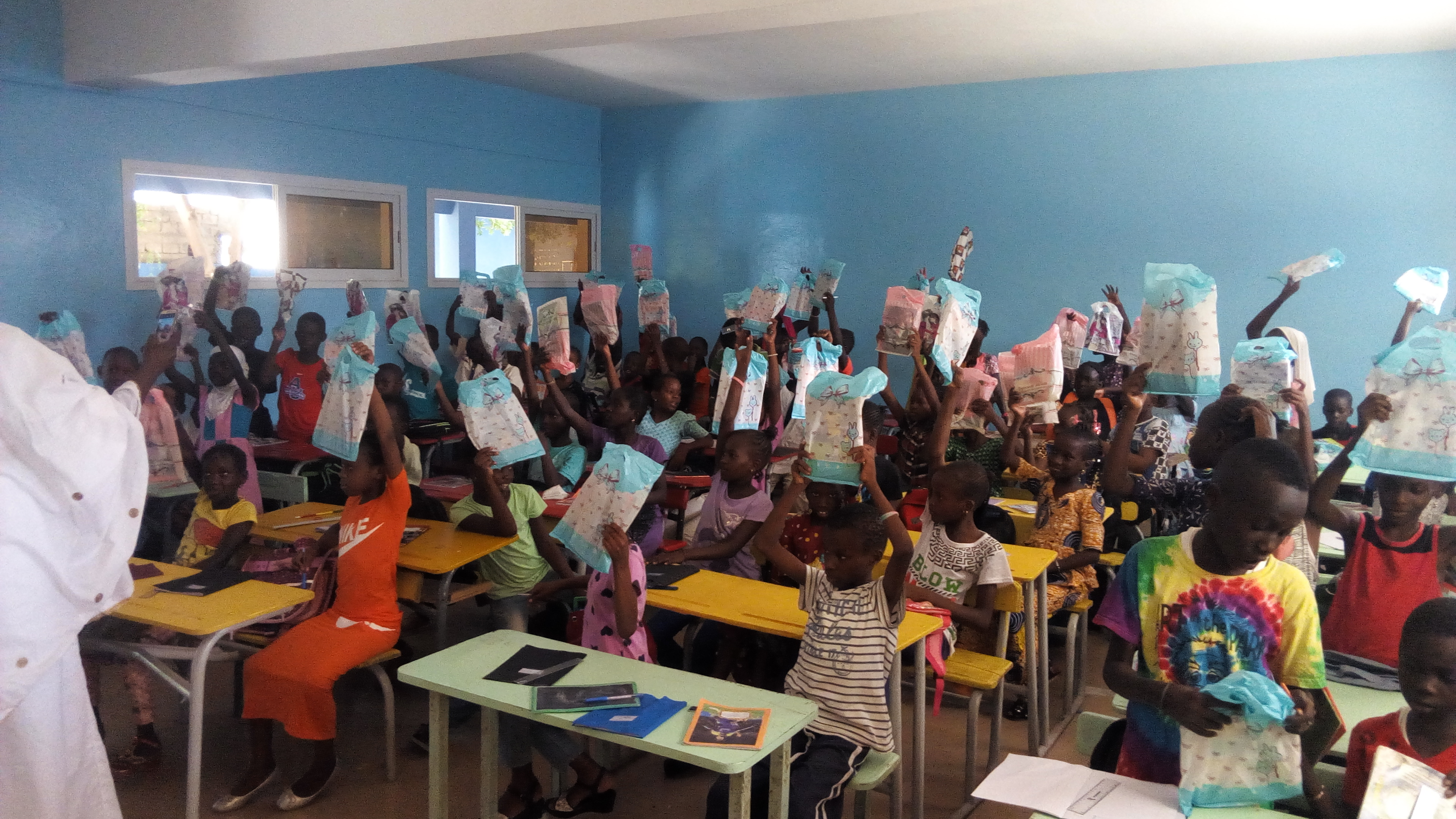Photos : El Malick Seck offre 50 000 cahiers aux écoliers de Thiès