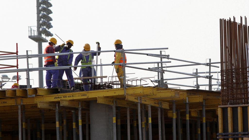 Le Qatar instaure un salaire minimum pour les travailleurs étrangers