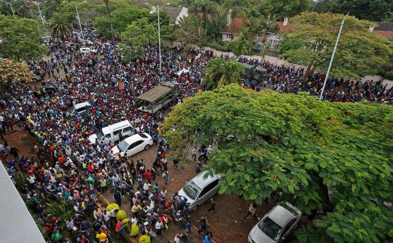 Au Zimbabwe, les pressions s'intensifient sur Mugabe pour qu'il quitte le pouvoir