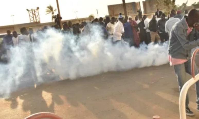 Prison centrale de Rebeuss : La police balance des grenades lacrymogènes / Deux partisanes de Khalifa Sall interpellées