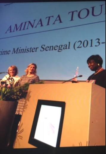 Sommet Mondial des Femmes Leaders en Politique: Mimi Touré reçoit un prix pour son engagement.