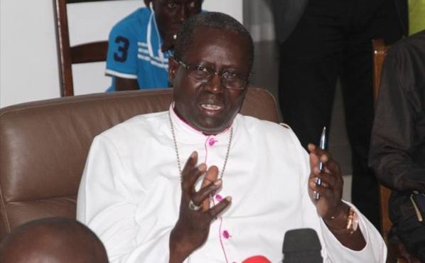 """Immigration clandestine : Mgr Benjamin Ndiaye dénonce la """"pression"""" des familles sur les jeunes"""