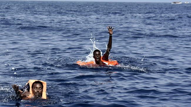 ITALIE : Un capitaine de bateau jette un Sénégalais en mer pour éviter un contrôle des gardes côtes