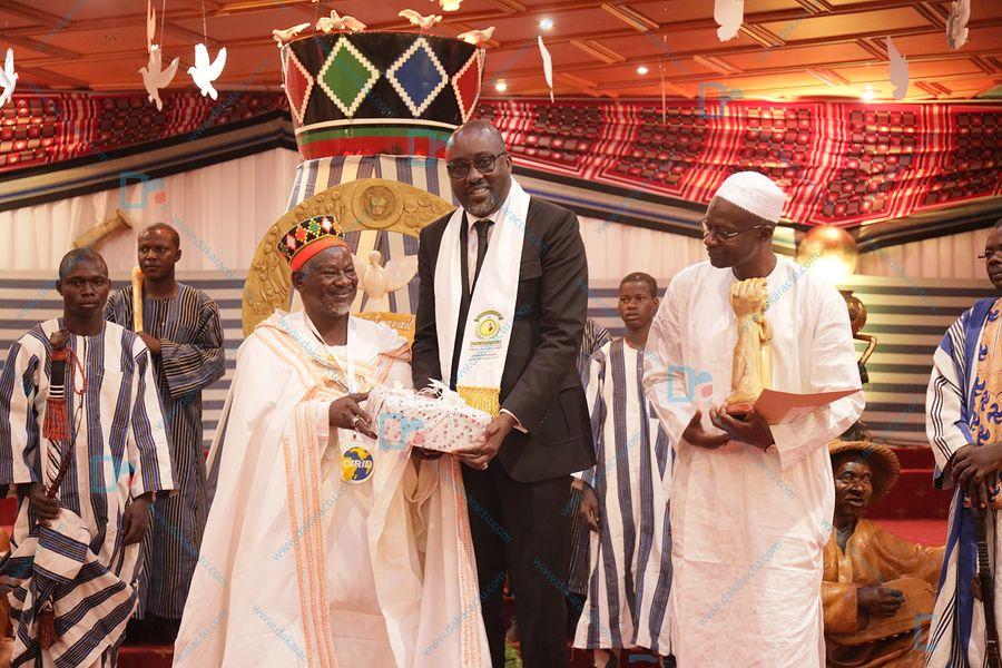 Les images de la cérémonie de remise du Prix Macky Sall pour le Dialogue en Afrique au roi des Mossi, le Moro Naba  à Ouagadougou