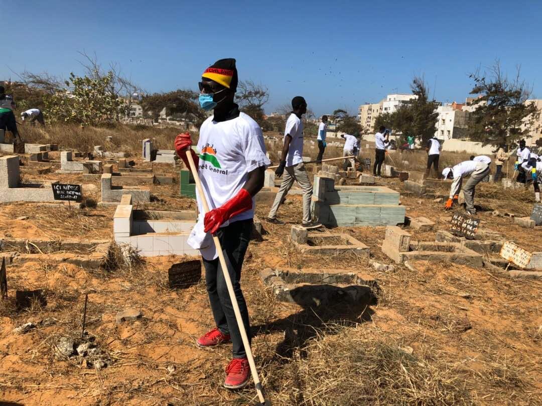 Les images du désherbage du cimetière de Yoff par l'association Intérêt Général