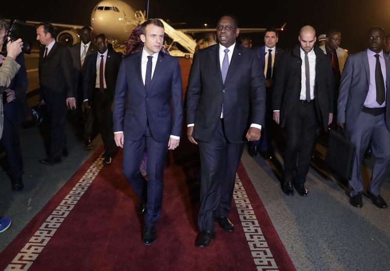 Insolite / Visite de Macron: Des drapeaux rouges tapissent le mur de la base militaire de Mermoz