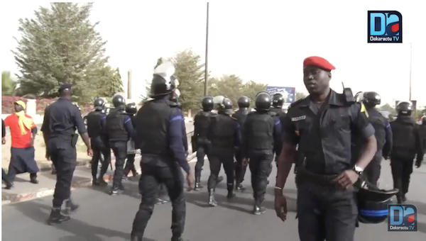 Marche de l'opposition sous haute surveillance policière / Vous avez dit « autorisée » !
