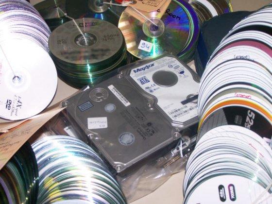 Plus de dix mille CD contrefaits saisis, une trentaine de personnes interpelées