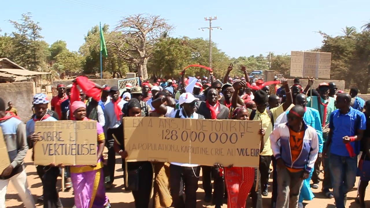 KAFOUNTINE : Marche des populations qui réclament plus de 100 millions de FCFA à leur maire