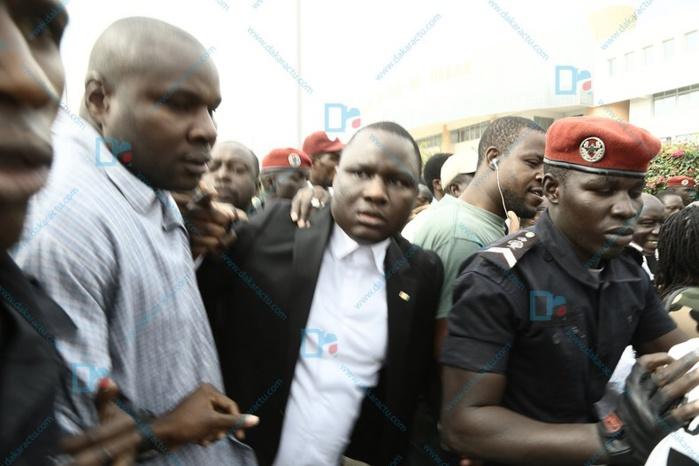 Urgent : Déthié Fall et les militants de Rewmi forcent la porte du Commissariat du 4ème pour faire libérer Idrissa Seck