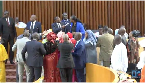 Assemblée nationale : échanges de coups de poings entre députés, la séance suspendue