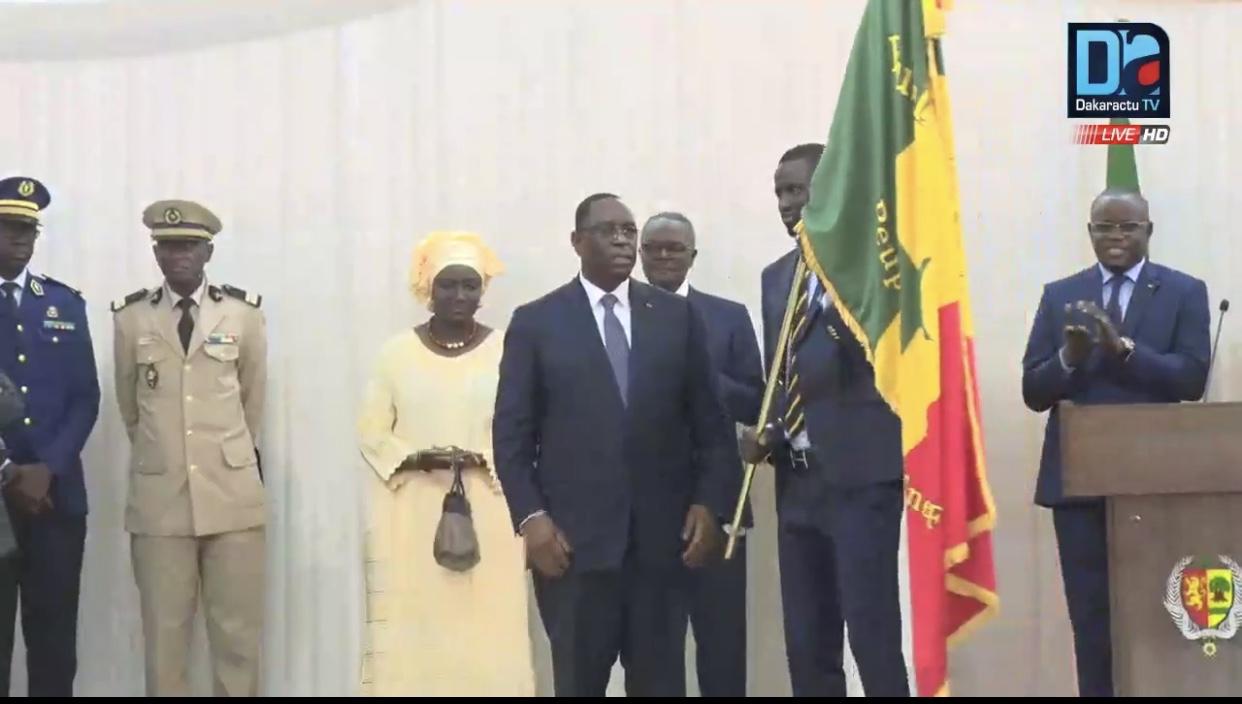 Macky Sall remettant le drapeau aux Lions : « Faites autant, voire mieux que la génération de 2002 ! »