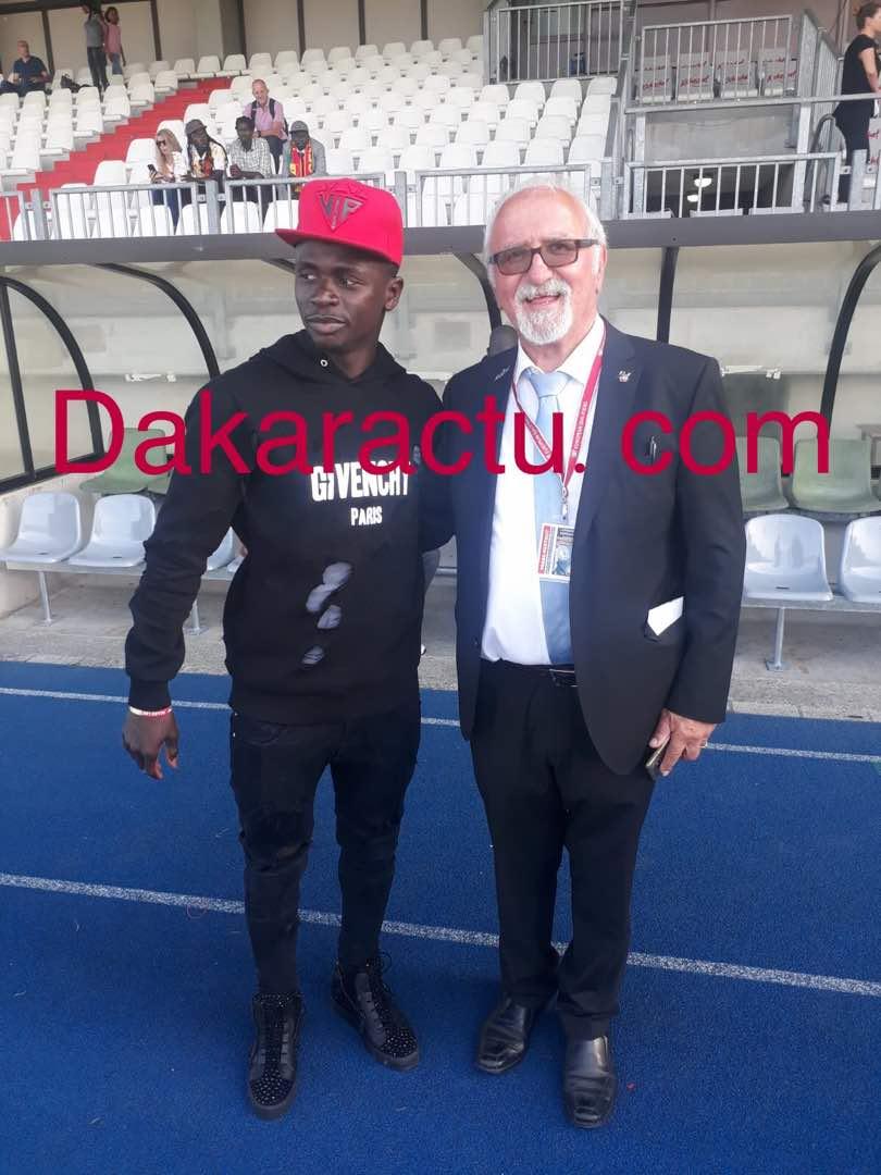 Sadio Mané et le président de Fédération luxembourgeoise de football