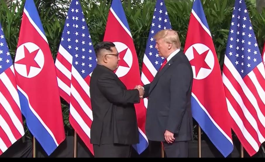 Sommet Donald Trump-Kim Jong Un : la poignée de main historique a eu lieu