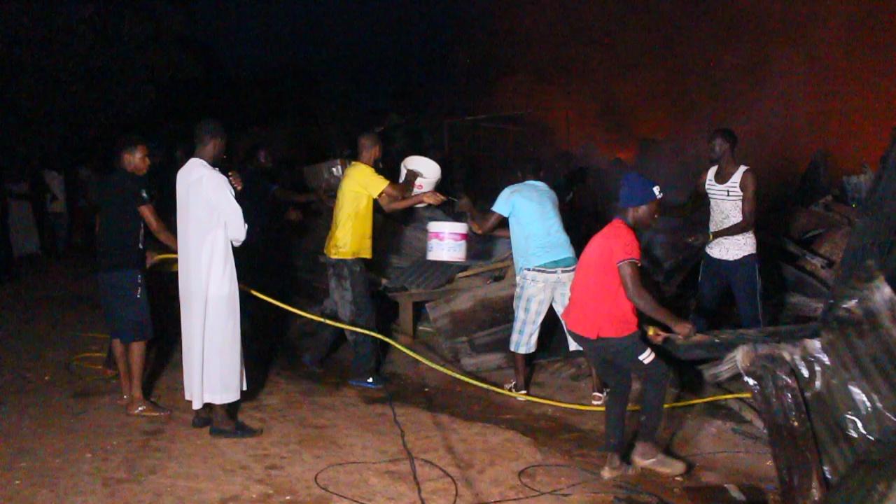 VIOLENT INCENDIE AU MARCHÉ TILÈNE DE ZIGUINCHOR : 360 cantines emportées, les dégâts estimés à plus d'un milliard de FCFA, 3 Heures pour éteindre les flammes