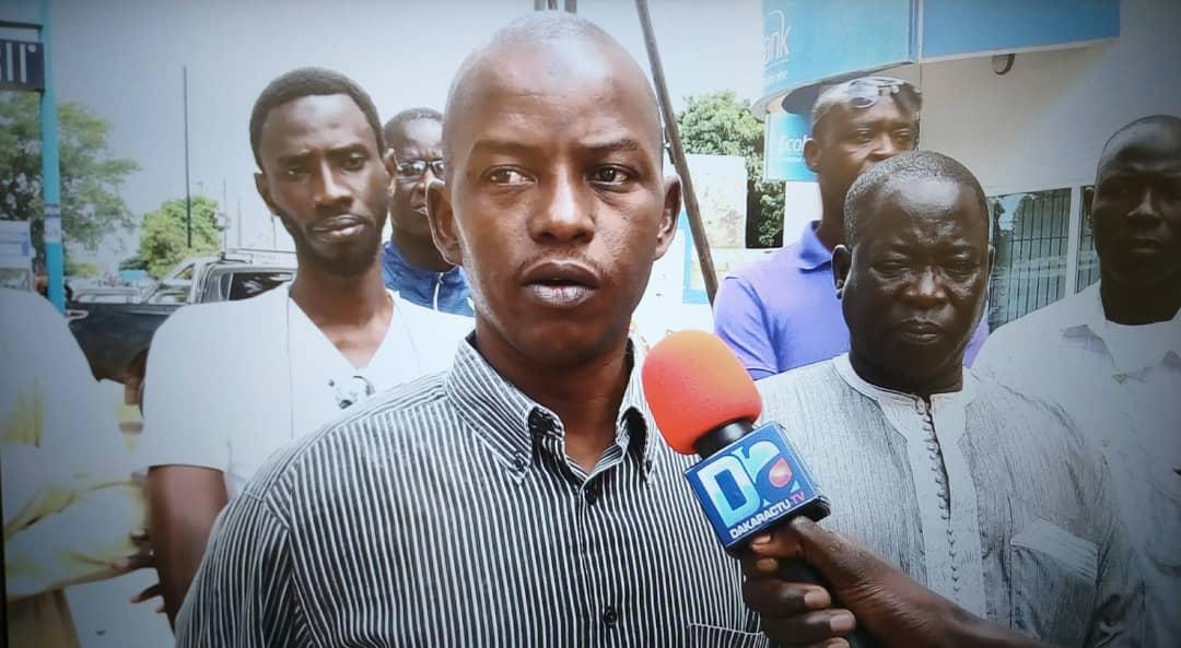 MBOUR : Devant le refus d'Ecobank de payer leurs salaires, les enseignants bloquent les guichets de l'agence