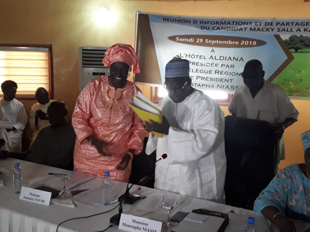 Mimi Touré remet ses 5438 parrainages de « militante de base » à Moustapha Niasse.