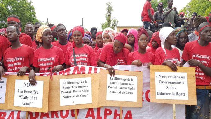 Thiès : La population de Pambal investit la rue pour exiger le bitumage de l'axe Tivaoune-Pambal-Darou Alpha