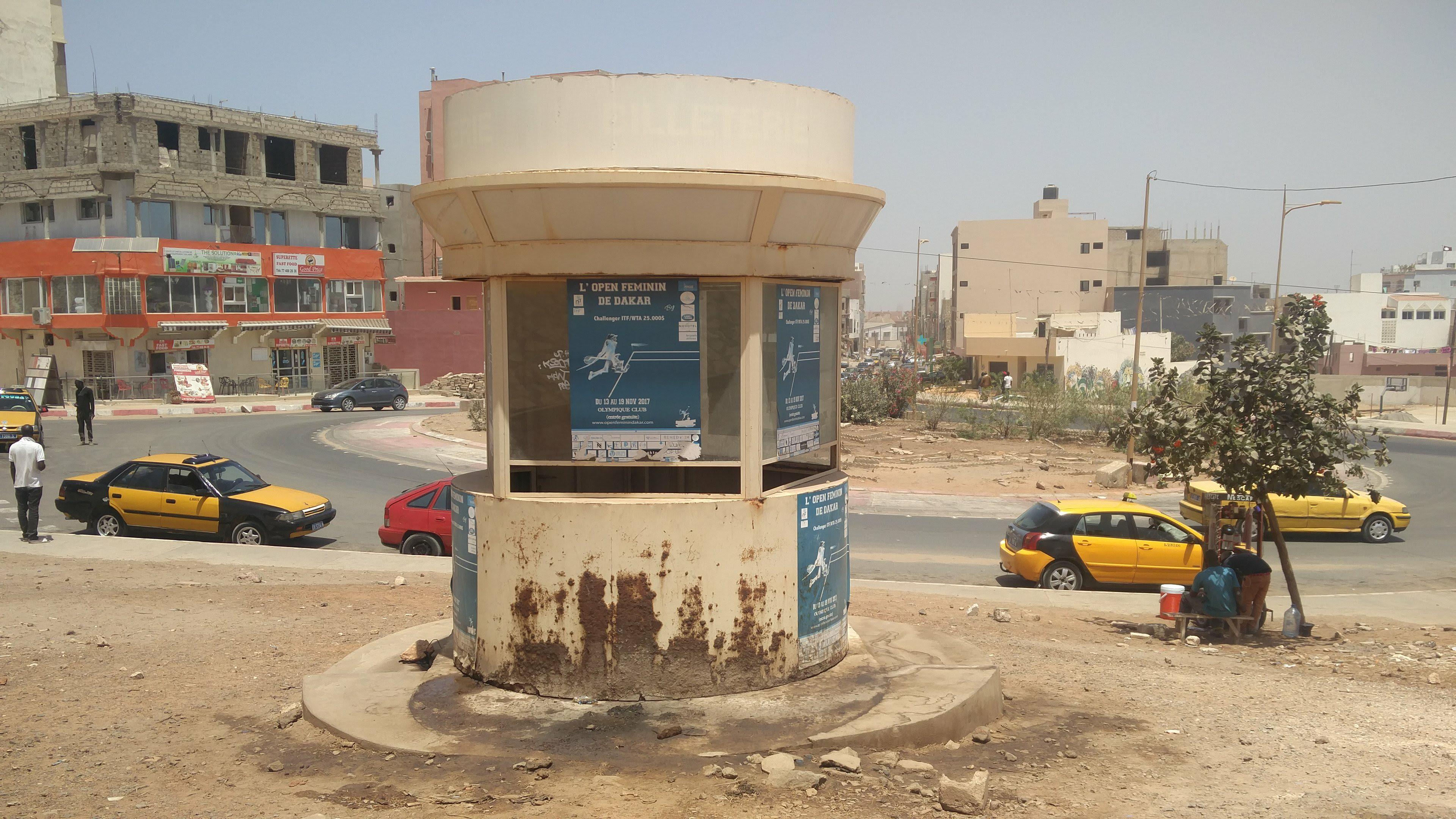 Reportage : Une billetterie du monument de la Renaissance transformée en urinoir