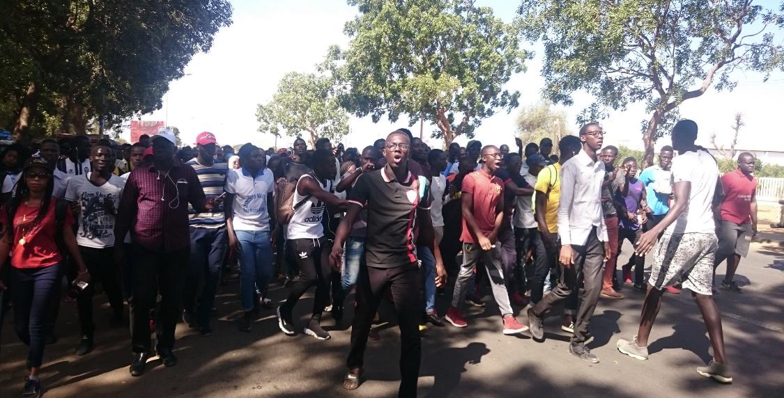 Université de Thiès : Les étudiants prennent d'assaut les grandes artères pour exiger l'ouverture de leur restaurant (IMAGES)