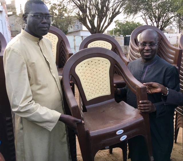 Don de chaises à la Paroisse de Mbao : Le Cadeau de Noël de M. Abdou Karim SALL aux chrétiens de sa commune.