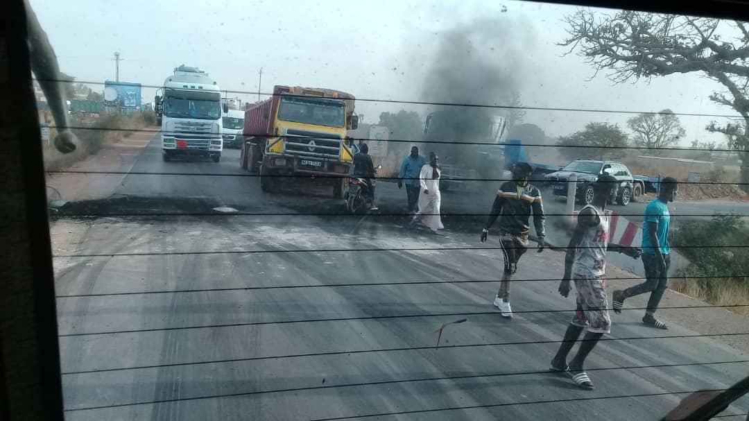 Yène / Un chauffard ivre fauche mortellement deux individus, les habitants brûlent des pneus et barrent la route en guise de manifestation