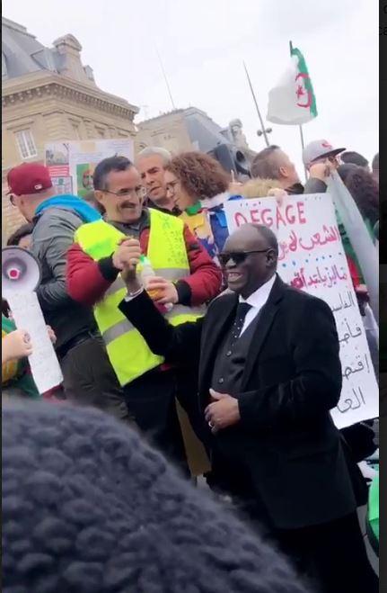 En vacances à Paris, « le député du peuple », Me El Hadj Diouf, à la place de la République, soutient la lutte  du peuple Algérien (Images).